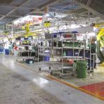 Рабочее место из гравитационных стеллажей на автомобильном производстве